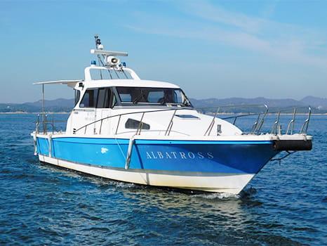 海上に浮かぶクルーザー型高速船アルバトロス