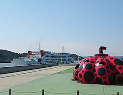 直島町宮浦港を往来するフェリー