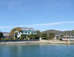 海上から眺める粟島海洋記念館