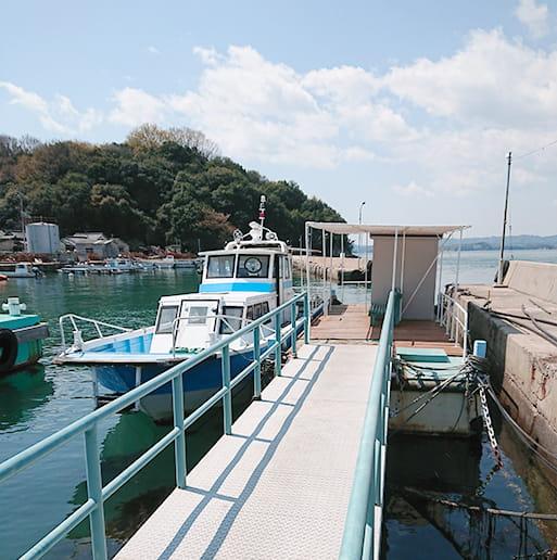 石島の定期船乗り場に係船している船シーガル