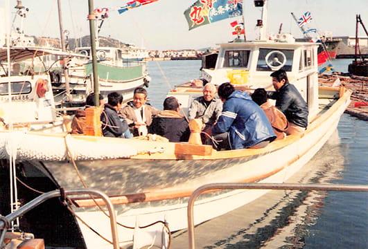 二代目繁清丸の船上で談笑する島民や漁師仲間