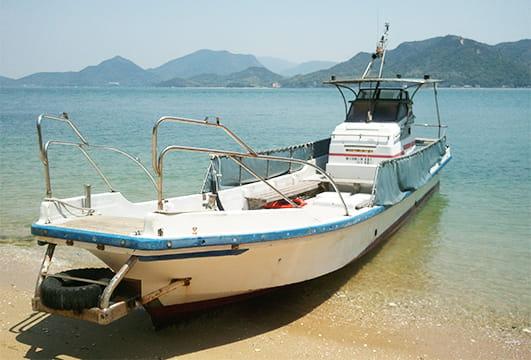 砂浜に着岸している作業船川西丸