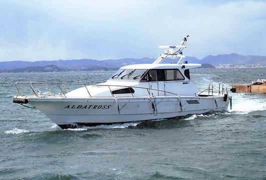 波しぶきをあげながら海原をいくクルーザー型旅客船アルバトロス