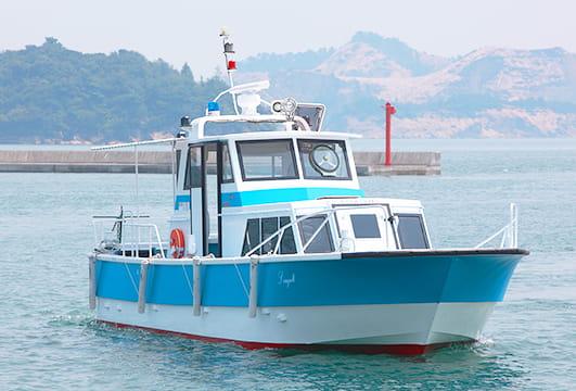 湾内を航行する安定感抜群の船シーガル