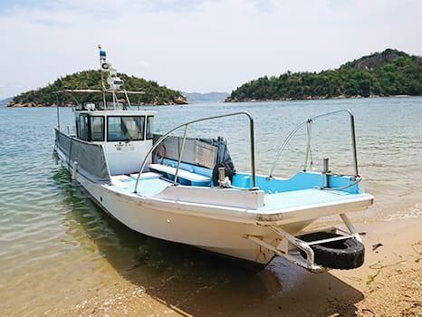 砂浜に着岸している作業船イーグル