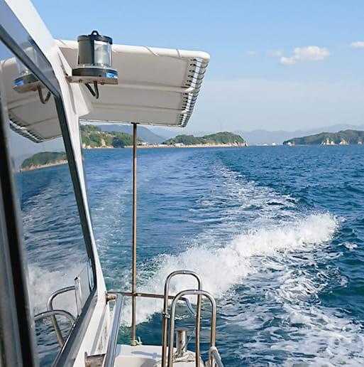 水しぶきをあげながら海原を疾走している船シーガル