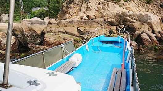 岩場から離脱する作業船川西丸